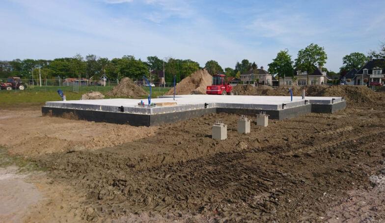 De banners van 10voor2 staan bij de bouw van het Kraakpand!